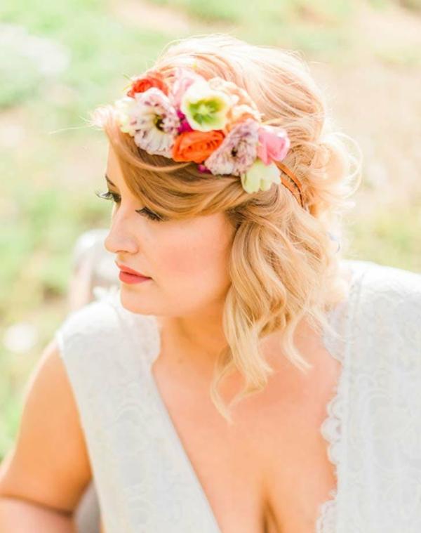 Brautfrisur mit Blumen ohne Schleier hochgesteckt Locken