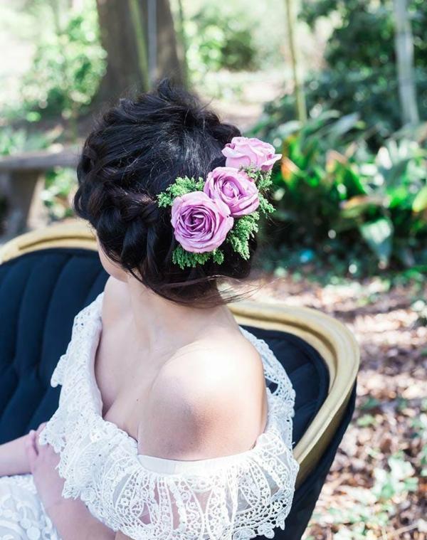 Brautfrisur mit Blumen ohne Schleier hochgesteckt Rosen