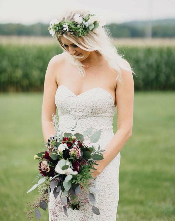 Brautfrisur mit Blumen ohne Schleier hochgesteckt grüner Kranz