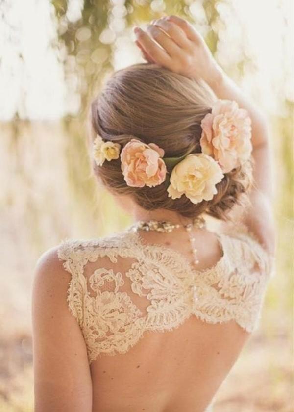 Brautfrisur mit Blumen ohne Schleier hochgesteckt niedriger Dutt
