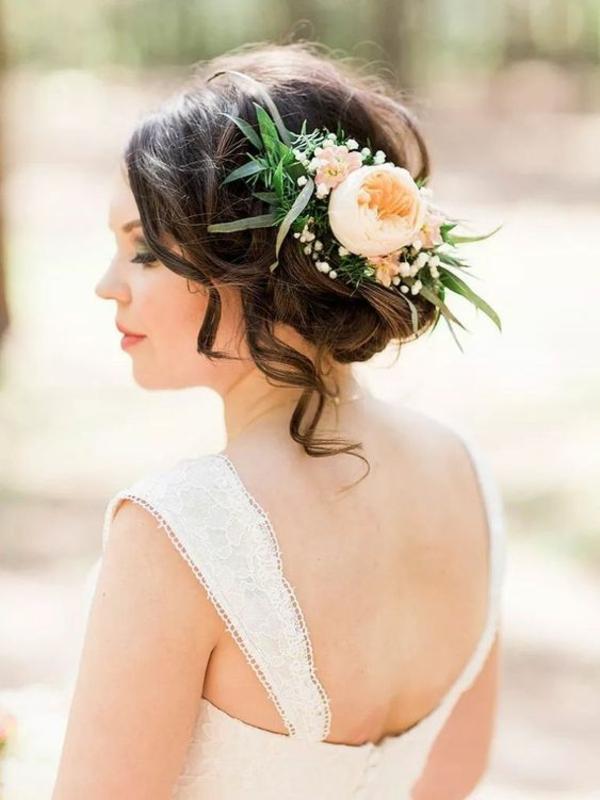 Brautfrisur mit Blumen ohne Schleier hochgesteckt