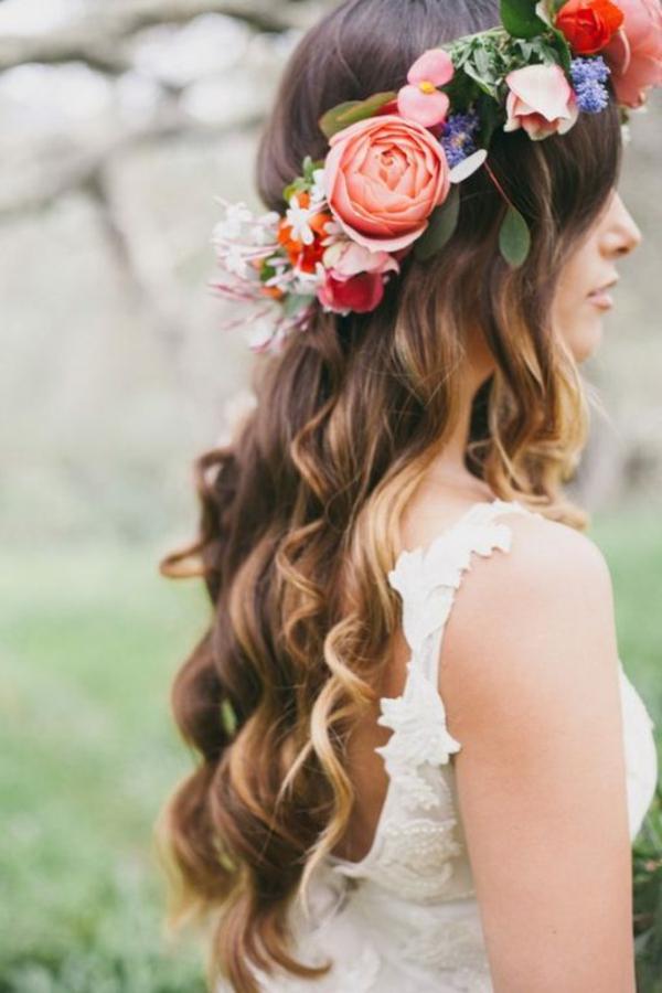Brautfrisur offen mit Blumen Haare Wellen Hochzeitstag