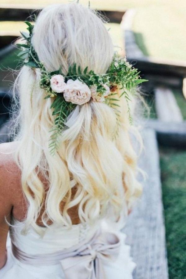 Brautfrisur offen mit Blumen blonde Haare Wellen