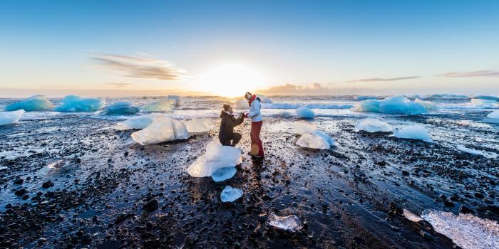 Der schönste Strand in Europa Diamond Beach in Island schwarzes Lava Sand gigantische Eisberge beste Kulisse für Liebeserklärung