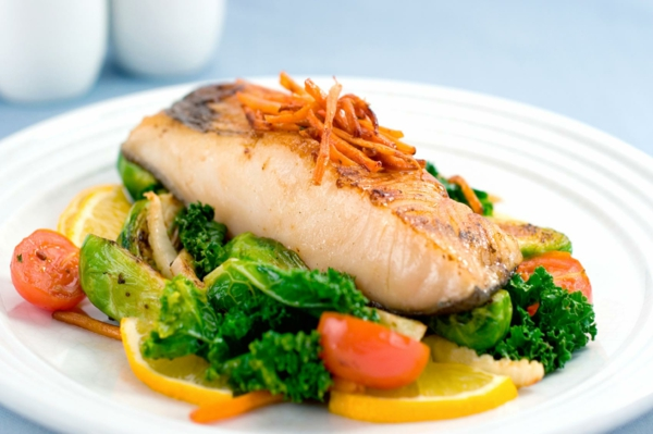 Fett Killer fettverbrennende Lebensmittel fettreicher Fisch und Salat