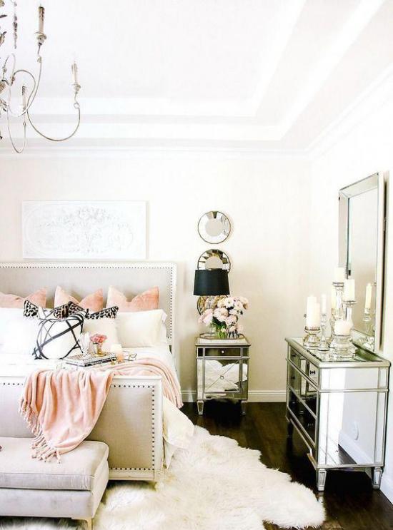 Glamouröse Schlafzimmer Glanz vom Boden bis zur Decke Weiß dominiert kleine rosafarbene Akzente Wurfdecke Kissen Kristallkronleuchter
