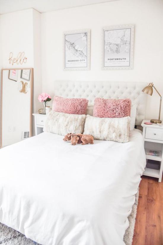 Glamouröse Schlafzimmer feine Bettwäsche in Weiß rosafarbene Deko Kissen Kuscheltier Lampe Bilder Wanddeko angelehnter Wandspiegel