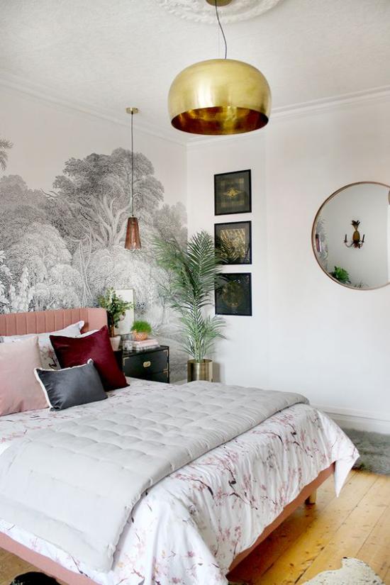 Glamouröse Schlafzimmer interessante Raumgestaltung mehr Farbe etwas Grün florale Tapete goldener Akzent Hängelampe