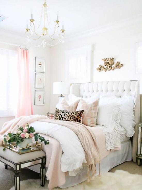 Glamouröse Schlafzimmer schön gestaltet weiche Decken Bettwäsche ein paar frische Rosen etwas Grün