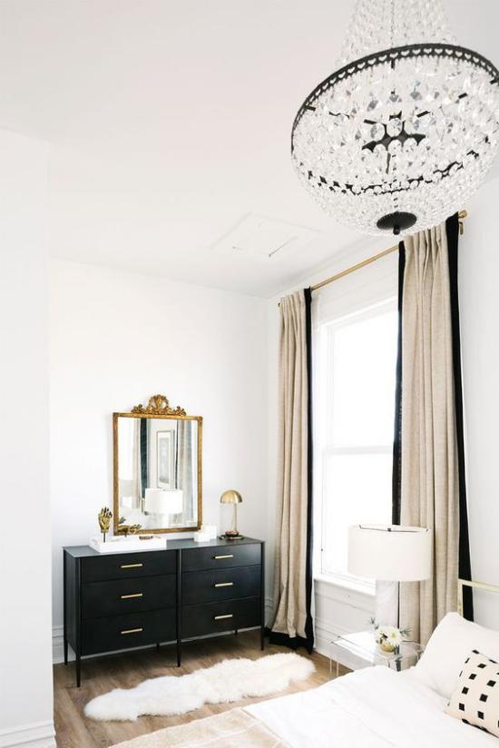 Glamouröse Schlafzimmer schick gestalteter Schlafraum Farbduo Schwarz-Weiß schwarzer Kommodenschrank als Blickfang