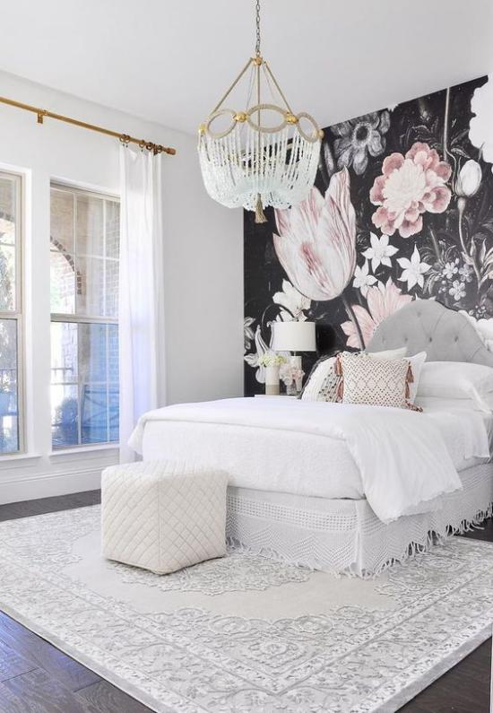 Glamouröse Schlafzimmer weiße Bettgestaltung trendige Blumentapete als Wanddeko und Kontrast
