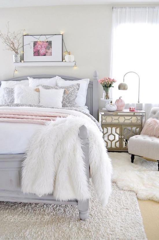Glamouröse Schlafzimmer weiche weiße Texturen massives Bett Regal mit Bild Lampe Sessel alles weiß