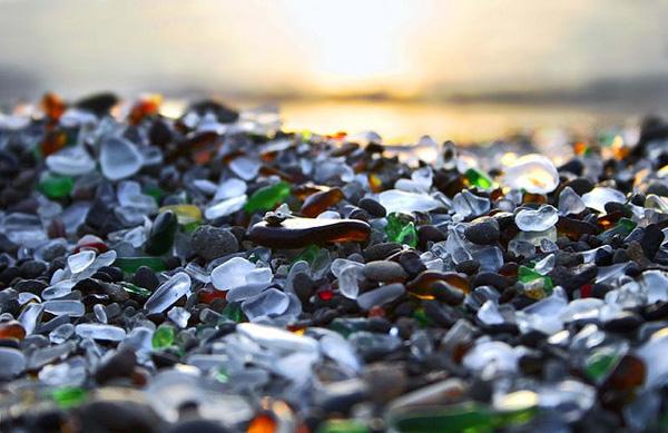 Glass Beach California περπάτημα σε σπασμένα γυαλιά