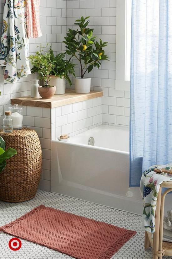 Grün im Bad Badewanne viel Tageslicht Grünpflanzen in Töpfen