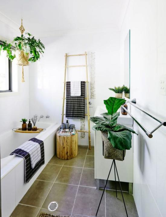 Grün im Bad Badewanne weißes Badezimmer viele Grünpflanzen viel Tageslicht Leiter