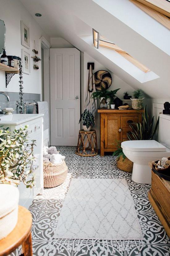 Grün im Bad Badezimmer auf dem Dach unter der Schräge Teppich viele Grünpflanzen