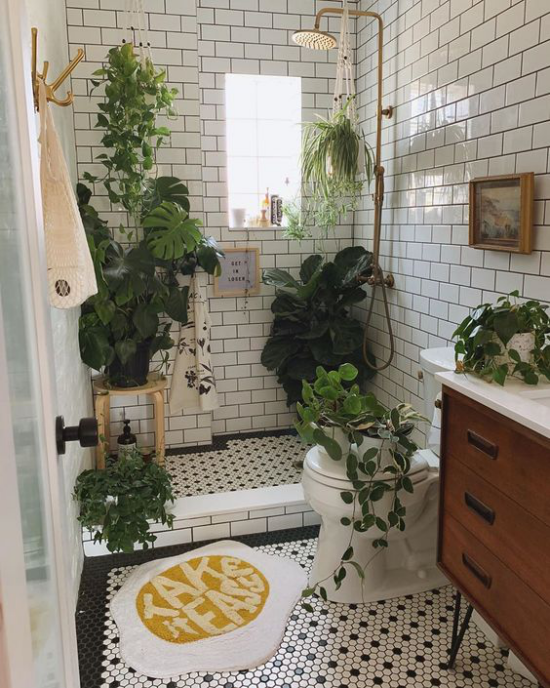 Grün im Bad Duschecke WC Schüssel Waschtisch viele Grünpflanzen grüne Oase