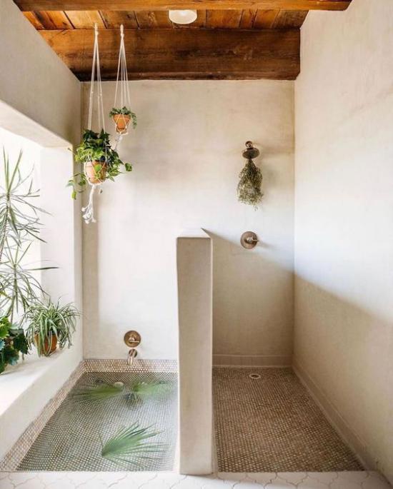 Grün im Bad Duschecke Wasserbecken mit Blättern Glückslilie und Co. auf dem Fenstersims Hängepflanzen