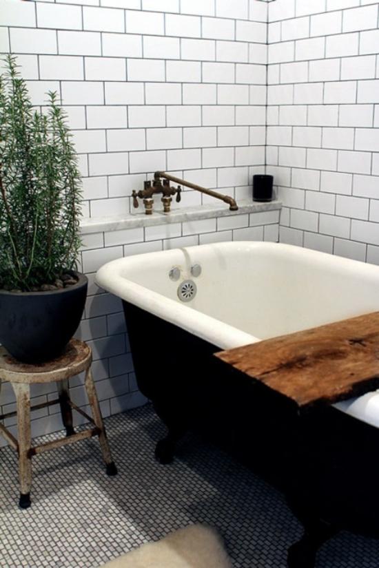 Grün im Bad freistehende Badewanne im Retro Stil Rosmarin im Topf daneben