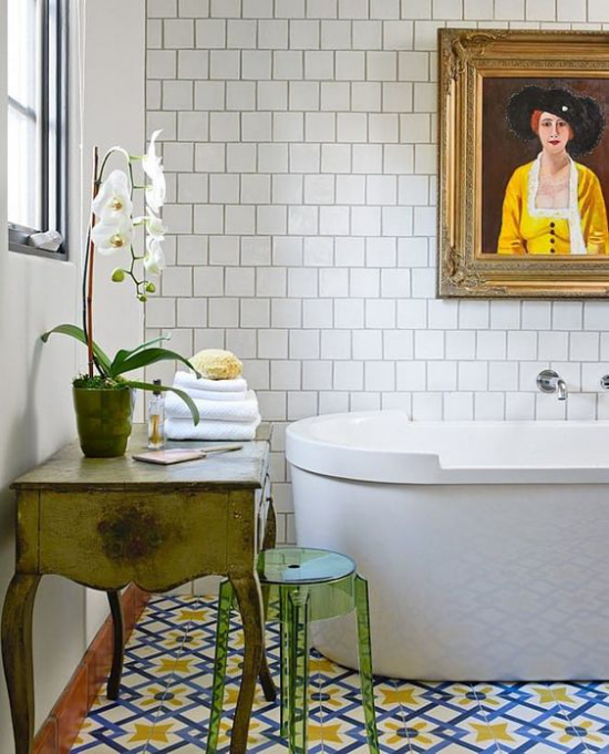 Grün im Bad freistehende Badewanne rustikales Badezimmer Wandbild Orchidee auf einem Retro Tisch