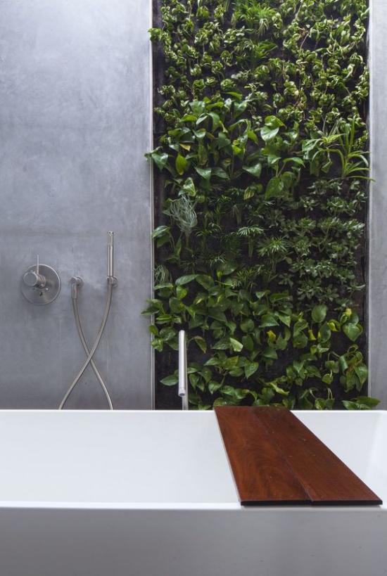 Grün im Bad grüne Wand hinter der Badewanne viel Frische im Badezimmer erhabener Look