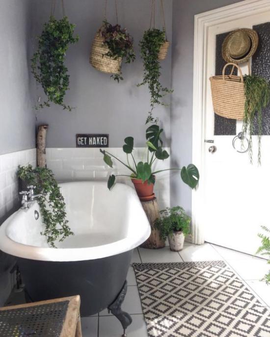 Grün im Bad graues Badezimmer im retro Stil freistehende Badewanne viele Hängepflanzen