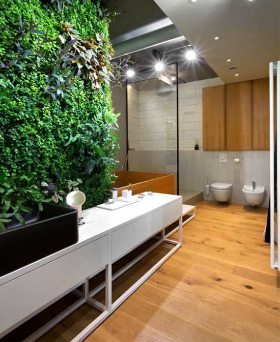 Grün im Bad großes Badezimmer vertikaler Garten in der Mitte hohe Investition aber umwerfender Effekt