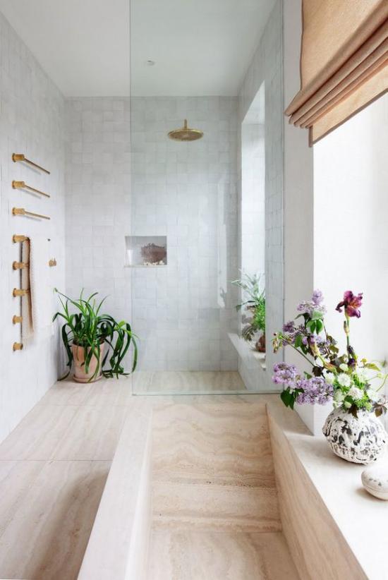 Grün im Bad schöne Orchideen in Töpfen auf dem Fenstersims platziert viel Tageslicht
