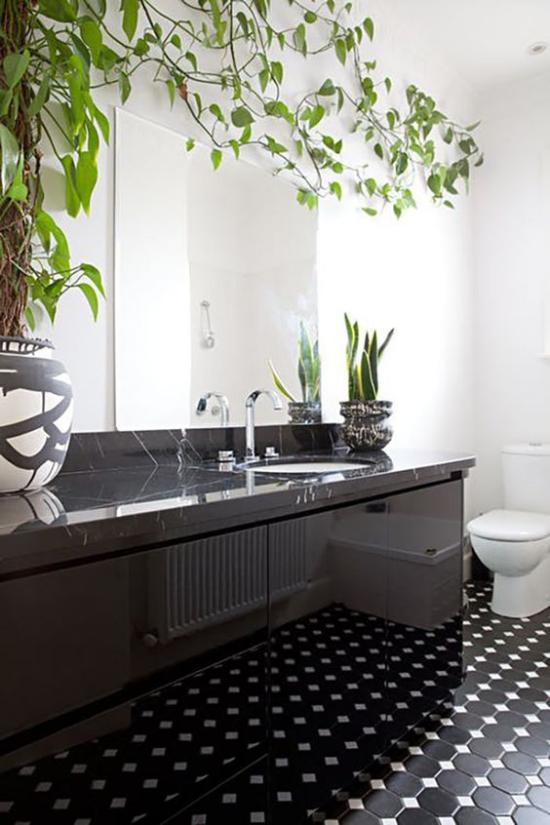 Grün im Bad schönes Badezimmer Licht Spiegel Efeutute Bogenhanf im Topf