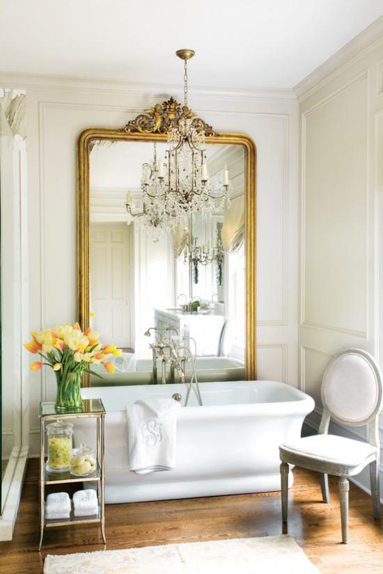 Grün im Bad schickes Badezimmer Retro Spiegel weiße Badewanne