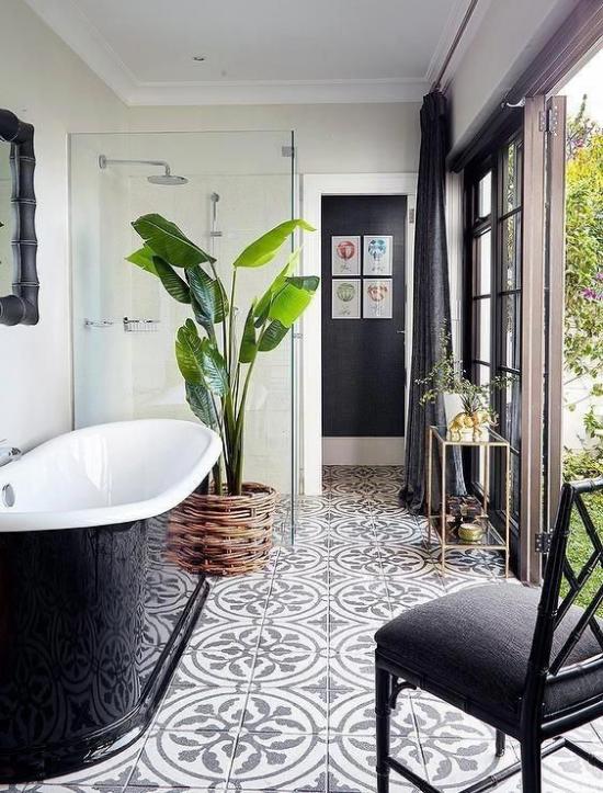 Grün im Bad schickes Badezimmer deckenhohe Schiebetür zum Garten Innenhof eine Topfpflanze Stuhl Badewanne