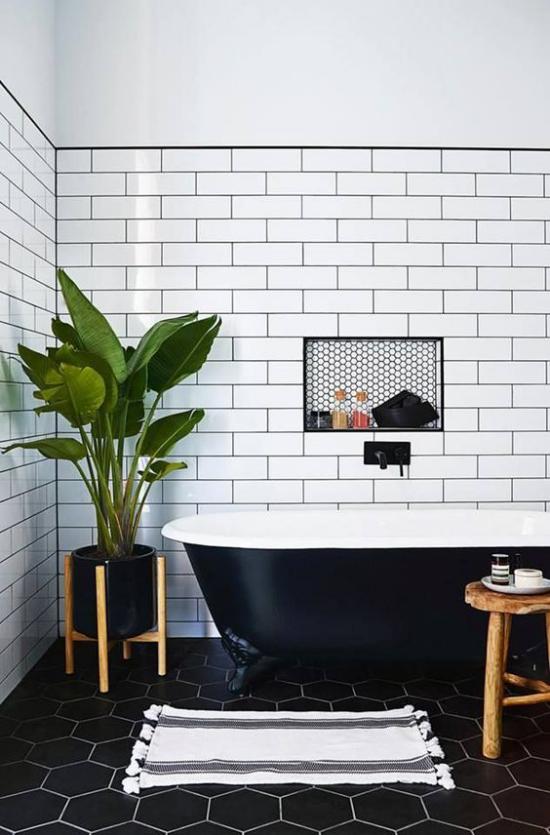 Grün im Bad schickes Badezimmer in Weiß und Schwarz Metrofliesen eine einzige Topfpflanze genügt Frische mitbringen