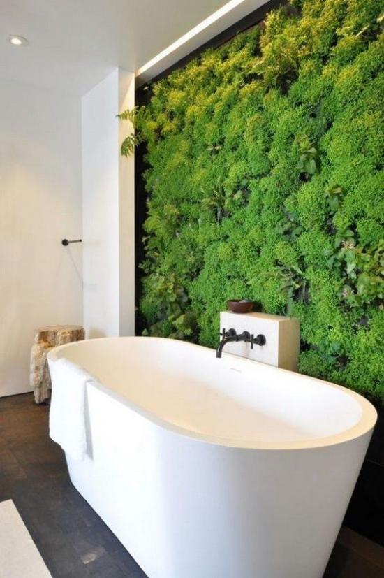 Grün im Bad weiße Badewanne grüne Wand viel Frische visueller Kontrast