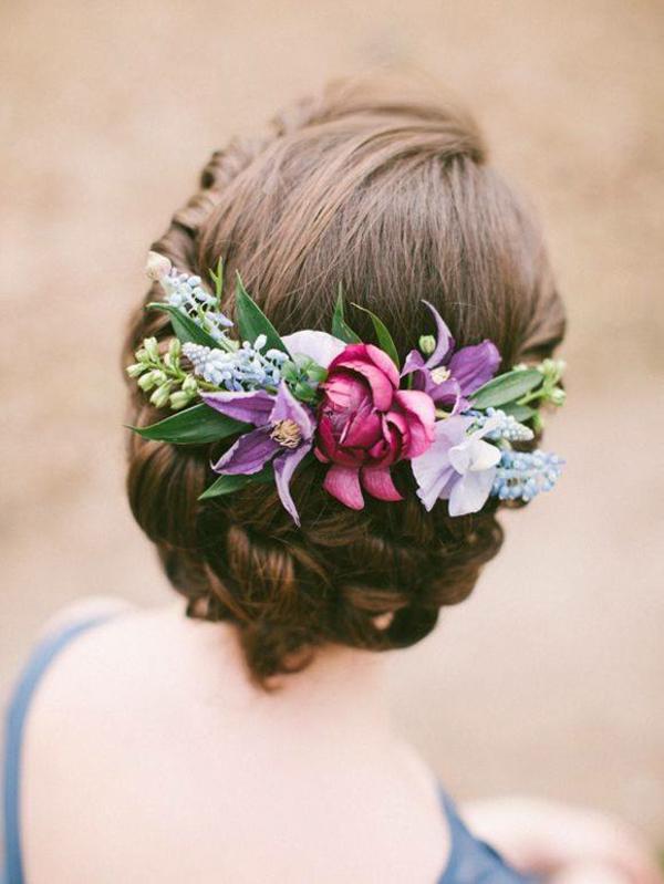 Hochzeitsfrisur mit Blumen ohne Schleier