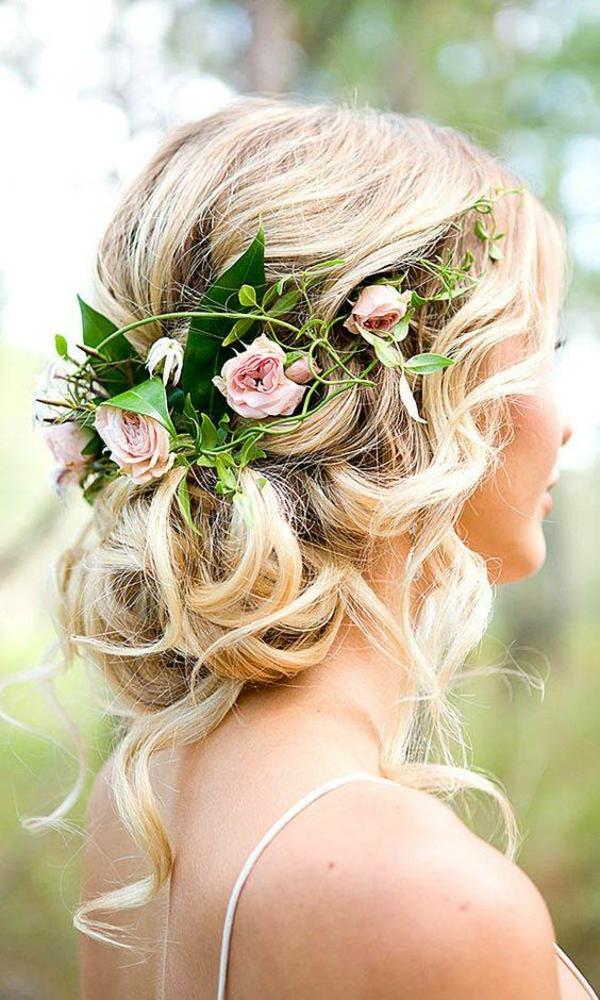 Hochzeitsfrisur mit Blumen ohne Schleier Rosen