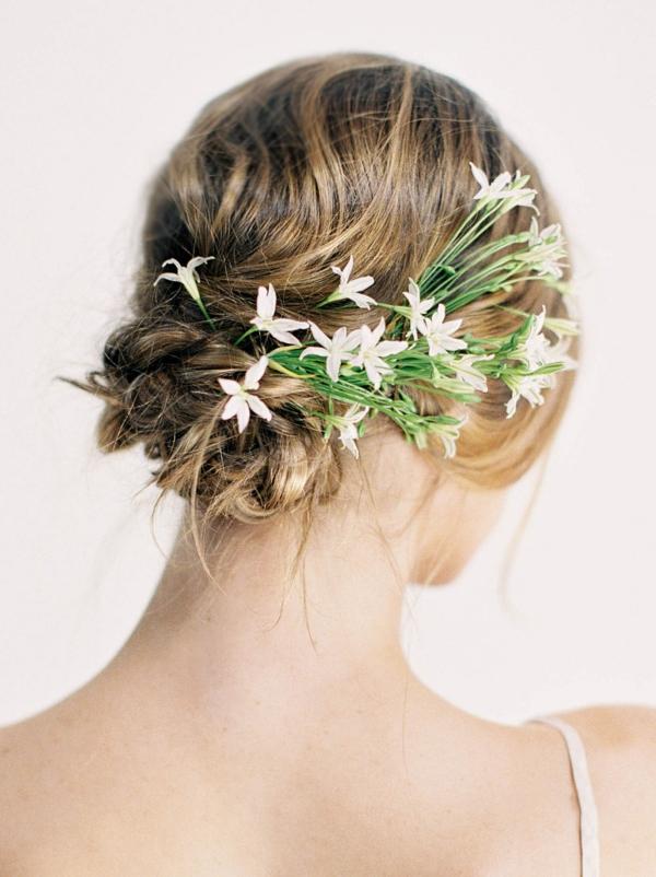 Hochzeitsfrisuren mit Blumen Brautfrisuren weiße Frühlingsblumen