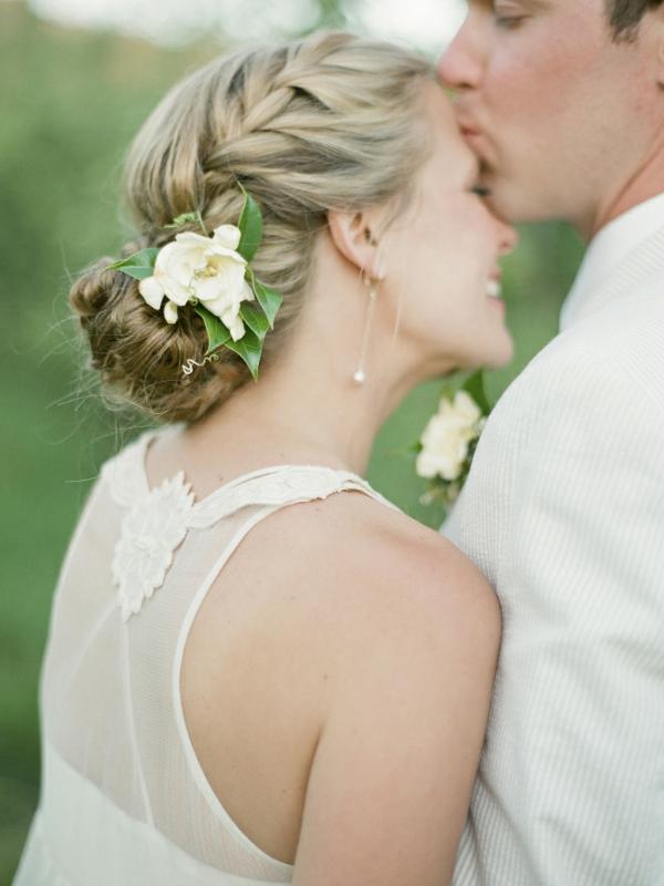 Hochzeitsfrisuren mit Blumen Dutt Flechtfrisur weiße Frühlingsblume
