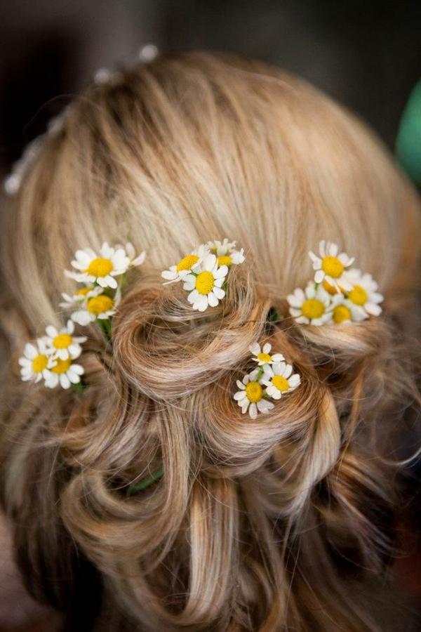 Hochzeitsfrisuren mit Blumen dezente Elemente