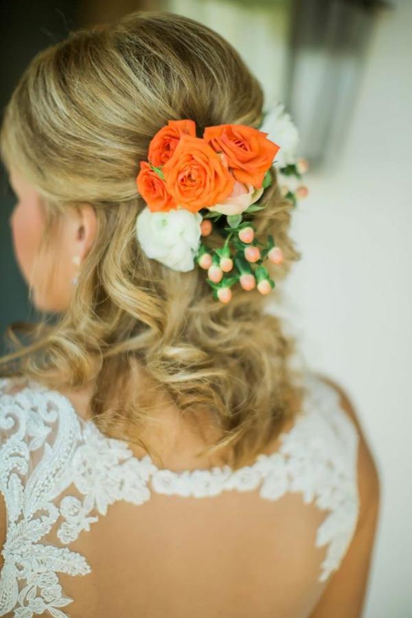 Hochzeitsfrisuren mit Blumen halboffen Frühlingsblumen