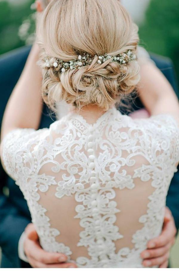Hochzeitsfrisuren mit Blumen kleine weiße Frühlingsblumen
