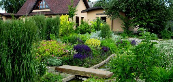 Naturgarten anlegen Zen Gartengestaltung Brücke