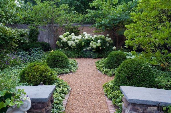 Naturgarten anlegen - schöne Gebüsche und Bänke
