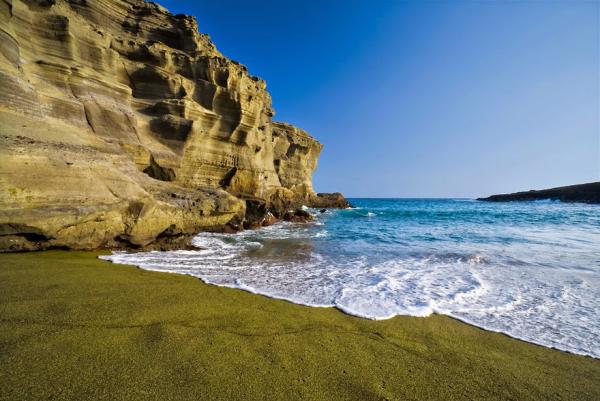 Papakolea Beach Hawaii grüner Sandstrand Naturwunder imposante Felsen