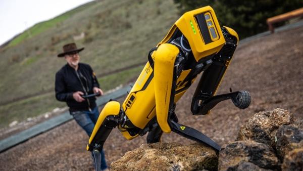 Roboterhund Spot von Boston Dynamics zeigt seinen neuen Fähigkeiten spot klettert gebirge hoch