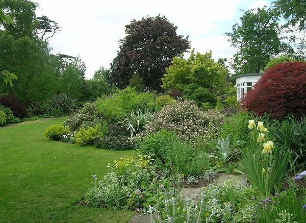 Schöne natürlliche Landschaft anlegen Naturgarten anlegen
