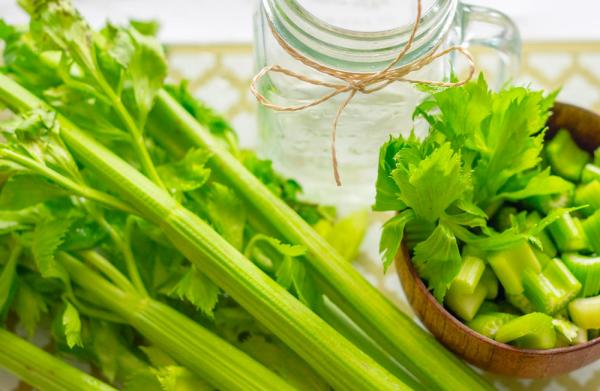 Selleriesaft grüne Selleriestangen sehr gesund voll Vitamine Mineralstoffe Superelemente