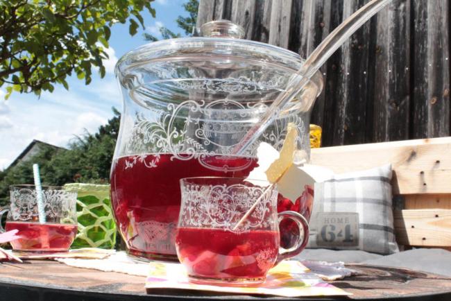 Sommerbowle zubereiten frisch lecker fruchtig Glasgefäß Gläser Schöpflöffel
