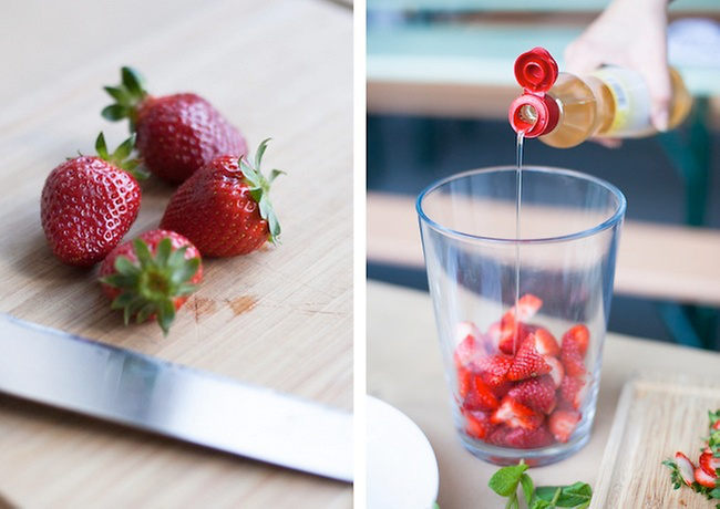Sommerbowle zubereiten frisch lecker fruchtig frische Erdbeeren in Stücke schneiden in Glas geben mit Sirup übergießen
