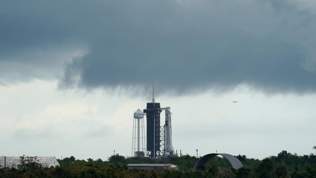 SpaceX Elon Musk Falcon-9-Rakete steht zum Start bereit erster bemannter Flug zur ISS erster Flugstart abgebrochen schlechtes Wetter in Florida