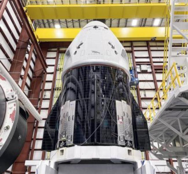SpaceX Falcon-9-Rakete steht zum Start bereit erster bemannter Flug zur ISS